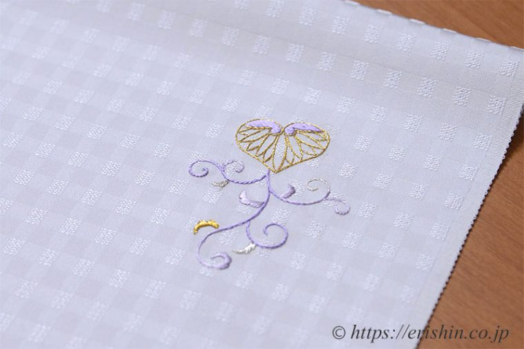 色無地に刺繍葵唐草紋の縫い上がり袖口