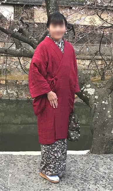 最近、弊店で流行っている「大人の赤」。 道中着(着物衿)を誂えて頂きました。とっても素適♪この市松on市松は、生地の特性上、赤やブルー等の派手めの色でも染め上がりの色はしっくりと落ち着くのです。 大人の赤、素適ですよね。