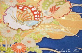 合わせて上前中心部分の蝶にも同様に、少し刺繍を加えます。