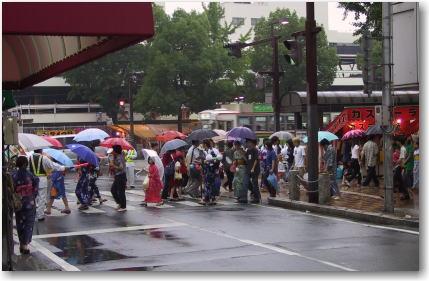 2日目夕方はあいにくの雨でしたが沢山の方が出て来られていました。 (当店から見た大手前通り)