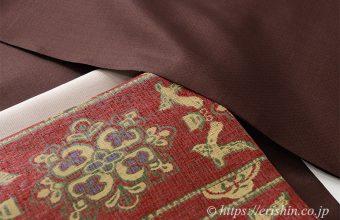 焦茶色の菊池洋守八丈織に袋帯を