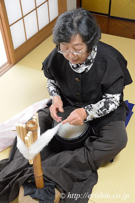 結城紬の糸取り名人