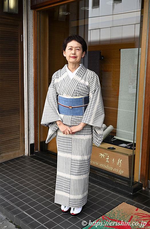 芝崎圭一さんの木綿に、宮崎涼子作「白露」の織名古屋帯と長谷川大祐作「桜花」の帯留めのコーディネート。
